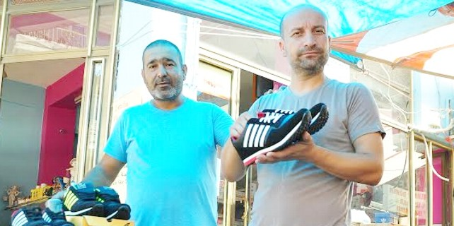 Hakan İmir 30 yıllık, İrfan Sokullu ise 15 yılık esnaf. Ayakkabı ve tişört satan iki esnaf. Halk pazarlarında tezgah açıyor. Olmadığı günler köylere gidiyor, tezgah açıyorlar.