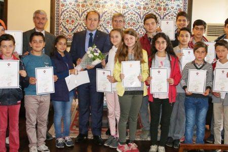 Pehlivan genç bilimcileri tebrik etti