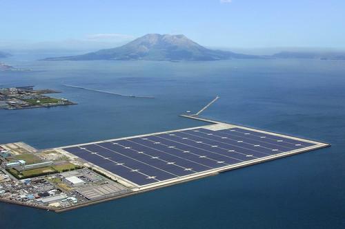 Japonya'nin Tokyo kentinde dunyanin en buyuk yuzen gunes panelleri insaa ediliyor. Sehir merkezinden 75 kilometre uzakta yapilan tesis 18 futbol sahasi buyuklugunde olacak.