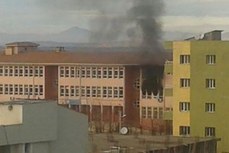 İdil 'de PKK'lı Teröristler 3 Okulu Ateşe Verdi