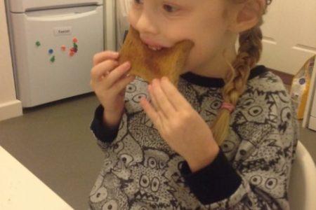 Otizm Hastası Küçük Kız Sessizliğini Bozdu. Tost İstedi