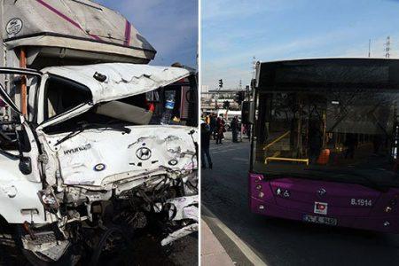 Sütlüce 'de Kamyonet Belediye Otobüsü İle Çarpıştı