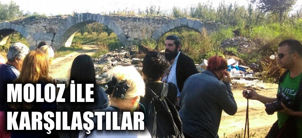 """Bursa'nın İznik ilçesini ziyaret eden turistler, tarihi  mekanları gezdi. Tarihi Roma Köprüsü'nün etrafının moloz yığınları ile kaplı olduğunu gören ziyaretçiler, """"Unesco'ya böyle aday olunmaz"""" yorumunda bulundular."""