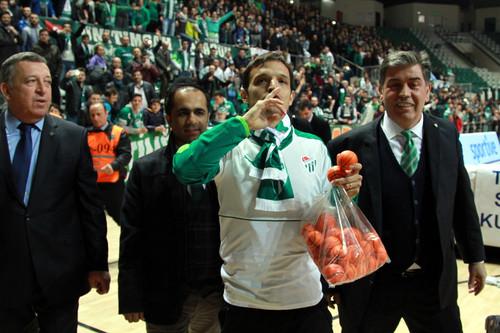 Bursaspor'un, devre arasinda Cin'in Beijing Guoan takimindan transfer ettigi eski yildizi 32 yasindaki Pablo Martin Batalla, taraftarin onunde resmi sozlesmeye imzaladi.